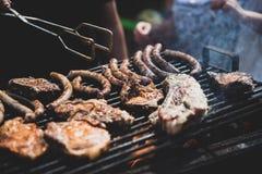 Barbecue, biftecks de friture, nervures de viande et saucisses Weekend dans la nature, les vacances avec la famille et les amis T image libre de droits