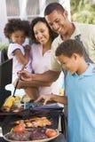 barbecue che gode della famiglia Immagini Stock Libere da Diritti