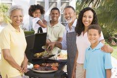 barbecue che gode della famiglia Fotografia Stock