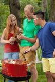 Barbecue con birra in un giardino Immagini Stock