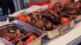 Barbecue condito appetitoso in scatole, carne arrostita succosa Fest all'aperto dell'alimento stock footage