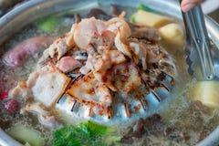 Barbecue coréen - de la viande sont faites cuire sur le fourneau photos libres de droits