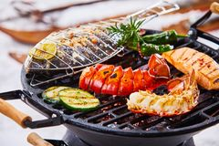 Barbecue d'hiver avec griller gastronome de fruits de mer Photographie stock