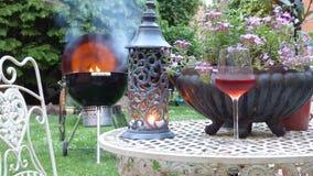 Barbecue dans le jardin image stock