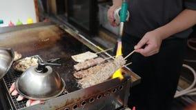 Barbecue de boeuf de nourriture de rue à Osaka Japon banque de vidéos