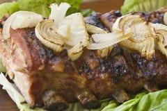 Barbecue de porc avec de la laitue et l'oignon Photos stock