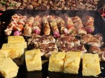 Barbecue de porc et de poulet avec le polenta banque de vidéos