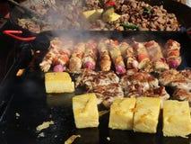 Barbecue de porc et de poulet avec le polenta clips vidéos