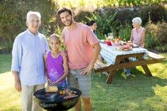 Barbecue de préparation de fille, de père et première génération en parc Photo stock