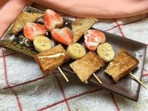 Barbecue dei pani e della frutta con miele Fotografie Stock