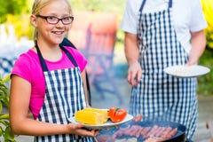 Barbecue della figlia e del padre insieme Fotografie Stock Libere da Diritti