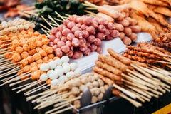 Barbecue della polpetta degli alimenti a rapida preparazione della via nel Vietnam Fotografia Stock