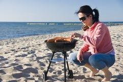 Barbecue della spiaggia e della donna Fotografia Stock Libera da Diritti