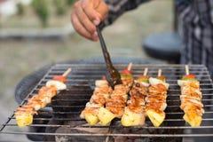 Barbecue della tenuta della mano ed arrosto di maiale immagini stock libere da diritti