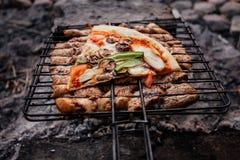 Barbecue di estate con il pollo pranzo Fotografie Stock Libere da Diritti