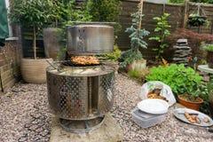 Barbecue in een achtertuintje Stock Foto