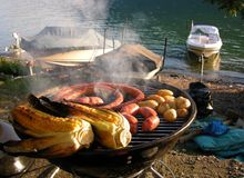 Barbecue et canotage Photographie stock