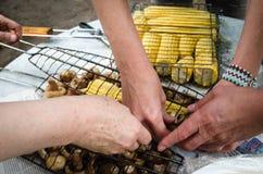 Barbecue faisant cuire le maïs Photographie stock libre de droits