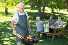Barbecue faisant première génération heureux Images libres de droits