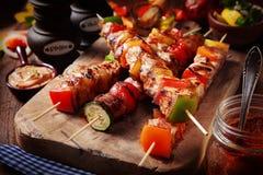 Barbecue gastronomico delizioso sul tagliere Fotografie Stock Libere da Diritti