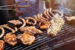 Barbecue, gebraden gerechtlapjes vlees, vleesribben en worsten Weekend in aard, familievakantie Royalty-vrije Stock Afbeelding