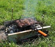barbecue Grade com carne em carvões fotos de stock royalty free