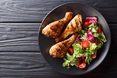 Barbecue het dienen van geroosterde kippentrommelstokken en verse vegetab royalty-vrije stock foto's