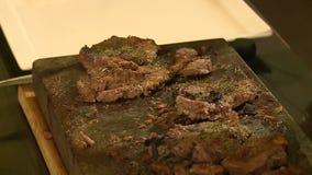 Barbecue het koken op de steen stock videobeelden