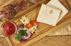 Barbecue meat with fresh vegetables Stock Photography