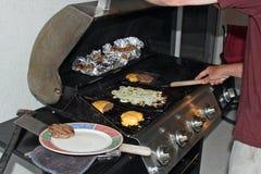 Barbecue met burgers Stock Afbeeldingen
