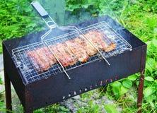 Barbecue met geroosterd vlees Royalty-vrije Stock Fotografie