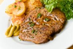 Barbecue met lapjes vlees van varkensvlees, gebraden aardappels, salade Royalty-vrije Stock Afbeeldingen
