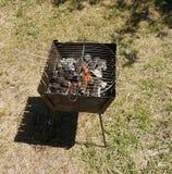 Barbecue pour le chiche-kebab avec des charbons brûlants photo stock