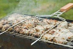 Barbecue su una grata dal portello Immagine Stock