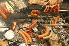 Barbecue tedesco (BBQ) con molte salsiccie Fotografie Stock Libere da Diritti