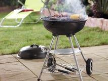 Barbecue in tuin stock foto