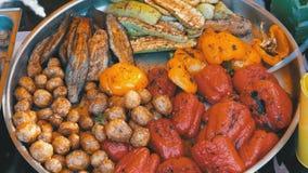 Barbecue végétal avec des champignons, paprika, courge sur le contre- magasin de gril clips vidéos