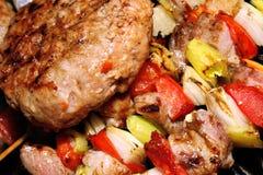 Barbecue - viande avec des légumes sur un bâton Photo stock
