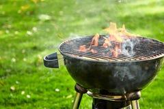Barbecuebrand die in een draagbare barbecue vlammen royalty-vrije stock afbeelding