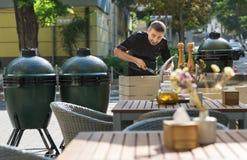 Barbecuechef-kok die openluchtkeukens proeven stock foto