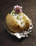 Barbecued coció la patata con crema agria Foto de archivo libre de regalías