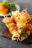 Barbecued indyczy kebab z pieprzem i zucchini na drewnianej desce Zdjęcia Royalty Free
