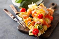 Barbecued indyczy kebab z pieprzem, pomidory i zucchini, dalej zalecamy się Obraz Royalty Free
