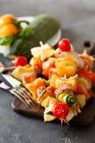 Barbecued kebab индюка с перцем, томаты и цукини дальше сватают Стоковое Изображение RF