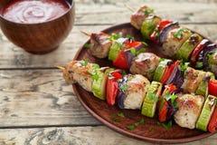 Barbecued pôs de conserva espetos do no espeto da carne do peru ou da galinha fotografia de stock