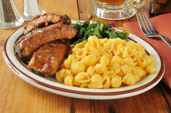 Barbecued ribs with macaroni and cheese Royalty Free Stock Photo