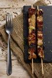 Barbecued temperou espetos da carne da galinha imagem de stock