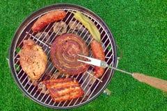 Barbecuegrill met Diverse Soorten Vlees, Picknick Openluchtconcep stock afbeeldingen