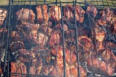 Barbecuegrill met heerlijk vlees over hete steenkolen royalty-vrije stock foto
