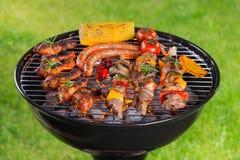 Barbecuegrill met smakelijk vlees, close-up stock afbeeldingen